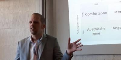 Mark van der Veen tijdens researchED Amsterdam. Over kritisch denken bij vernieuwen in onderwijs