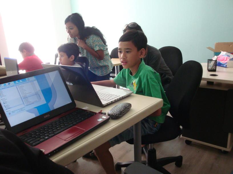 kinderen leren op zaterdagochtend in Zuid-Jakarta programmeren met Scratch. foto:JL