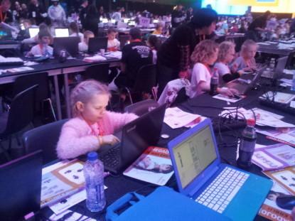 Kinderen programmeren in SCratch tijdens een manifestatie in het Ziggodrome