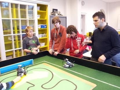 Zo kan het ook: leerlingen op het Metis Montessori Lyceum met hun leraar Hakan Akkas