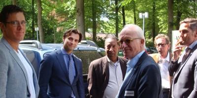 Thierry Baudet (FvD - 2e links) en Harm Beertema (PVV - uiterst rechts) roken een sigaretje buiten de congreszaal.