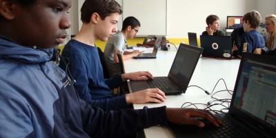leerlingen volgen informaticales op het Metiscollege in Amsterdam
