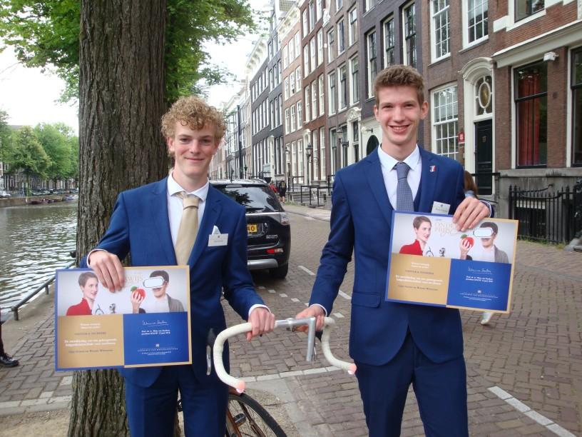 Stijn Nowee (l) en Wouter Witteman (r) met hun Lichtinstallatie voor hun racefietsstuur