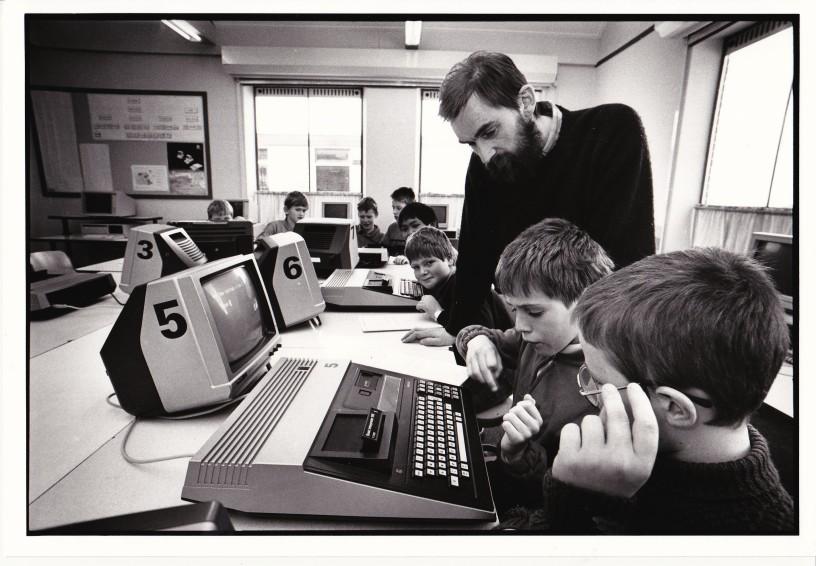 Frits vn Kouwenhove met leerlingen bij de P2000